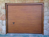 Puerta seccional imitación madera claro